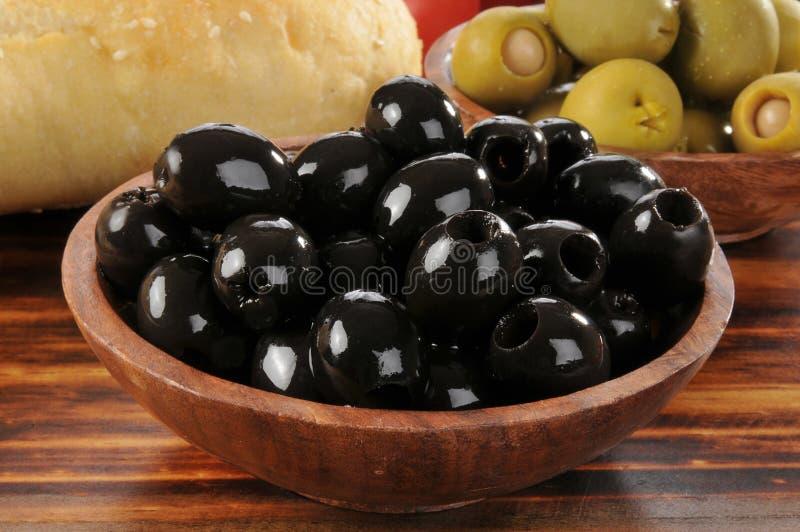 Bacia de azeitonas pretas fotografia de stock royalty free