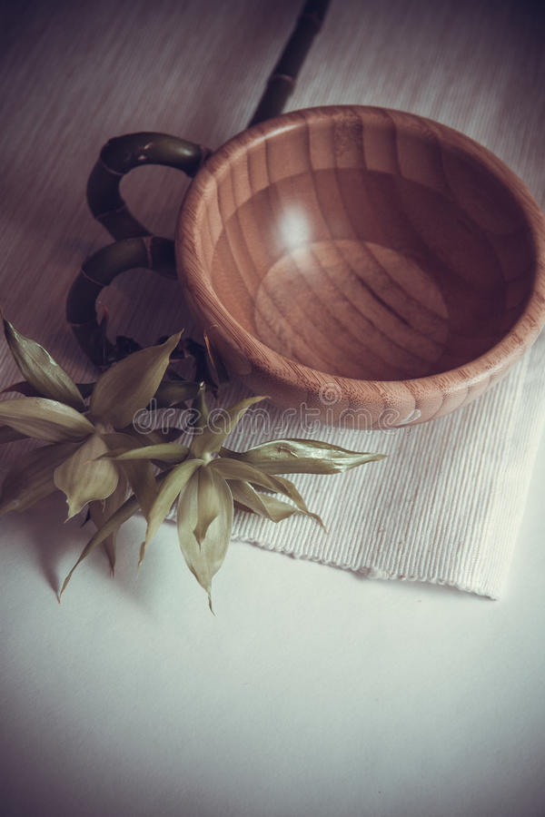 Bacia de bambu na esteira imagens de stock royalty free