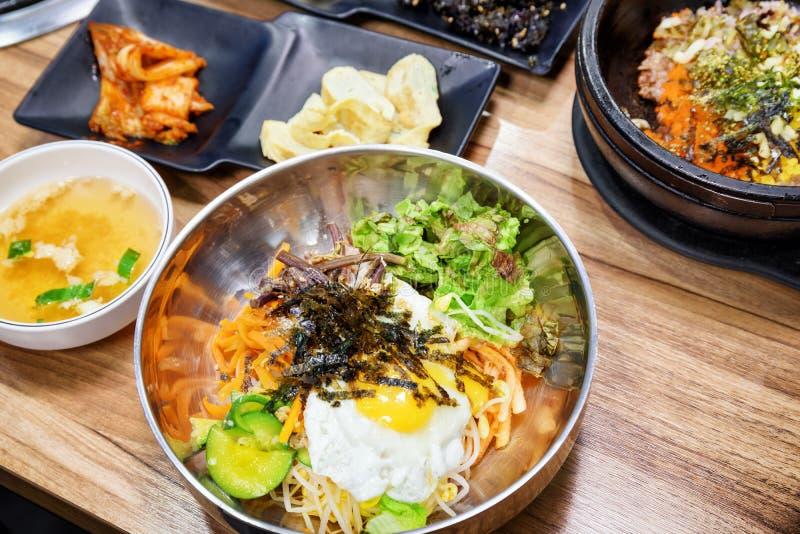 Bacia de Bibimbap quente na tabela de madeira Prato coreano imagens de stock