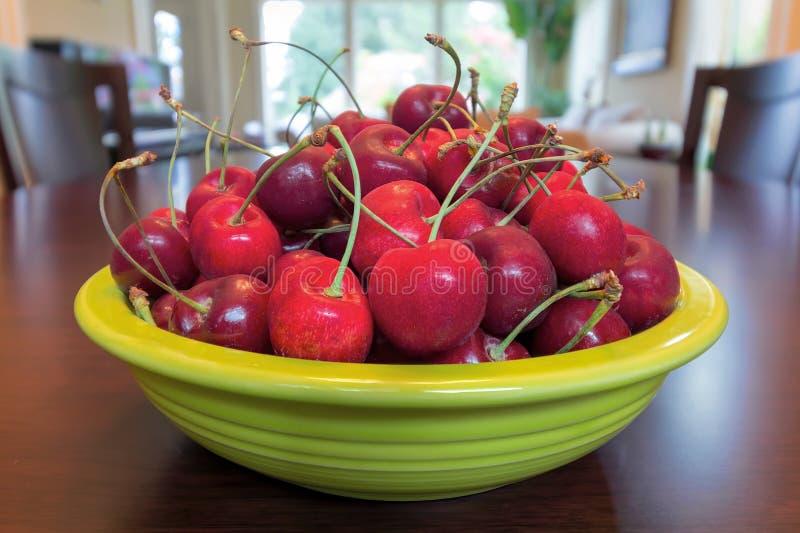Bacia de Bing Cherries na mesa de jantar fotos de stock royalty free