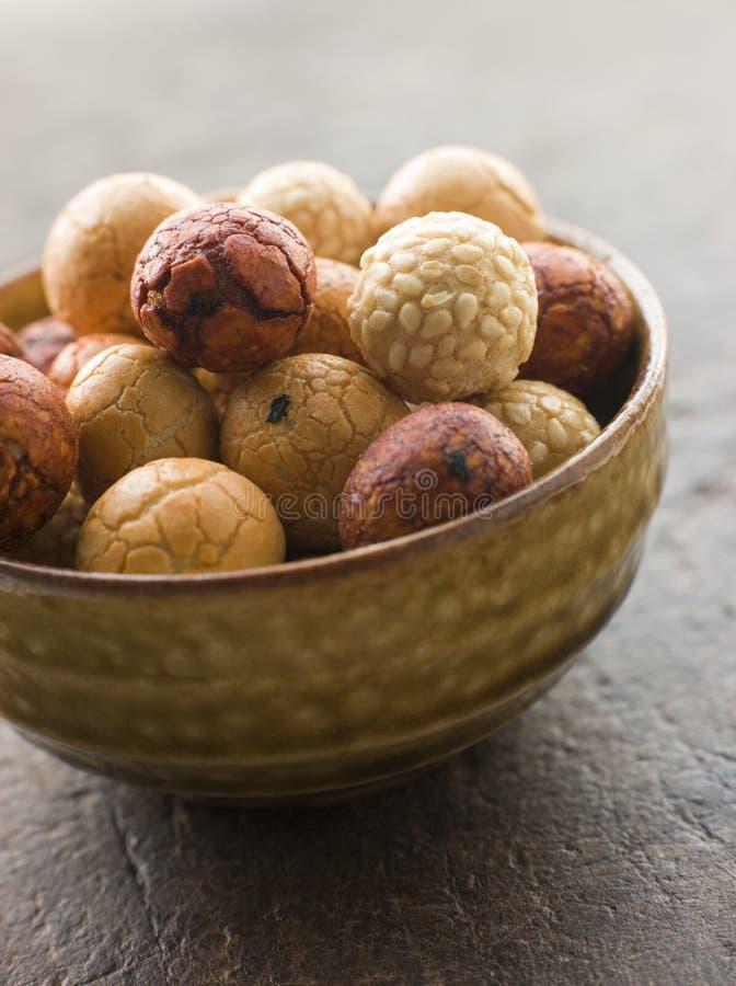 Bacia de biscoitos do arroz do amendoim fotografia de stock royalty free