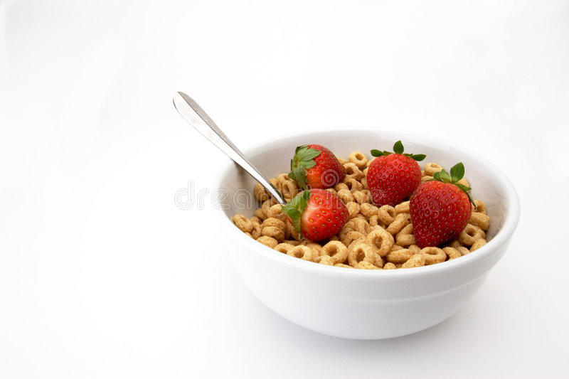 Bacia de cereal com morangos fotos de stock royalty free
