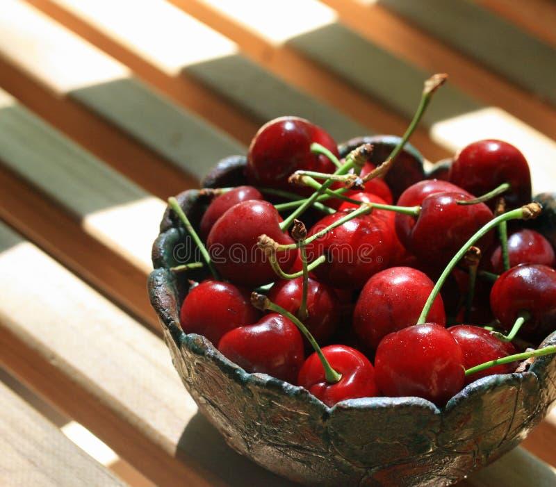 Bacia de cerejas vermelhas frescas fotografia de stock royalty free