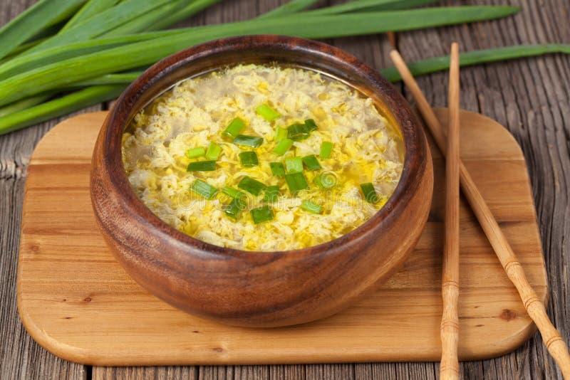 A bacia de chinês tradicional amarela a sopa do ovo da gota fotos de stock royalty free