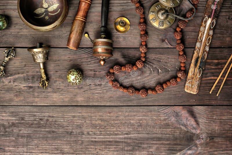 Bacia de cobre do canto, grânulos de oração, cilindro da oração e outros objetos religiosos tibetanos fotos de stock