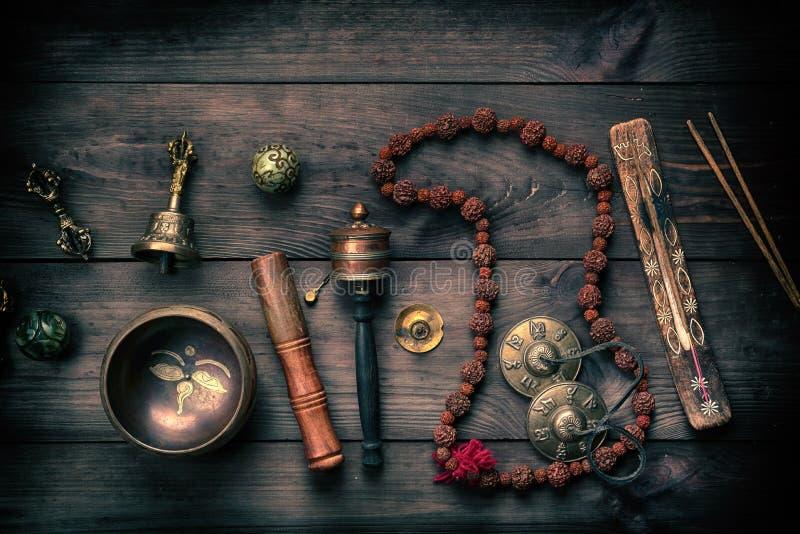 Bacia de cobre do canto, gr?nulos de ora??o, cilindro da ora??o e outros objetos religiosos tibetanos para a medita??o foto de stock