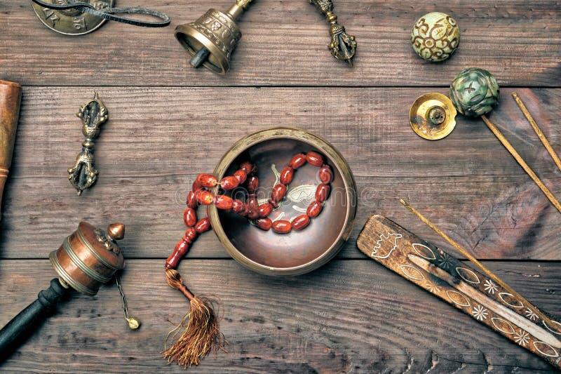 Bacia de cobre do canto, gr?nulos de ora??o, cilindro da ora??o e outros objetos religiosos tibetanos para a medita??o fotografia de stock royalty free
