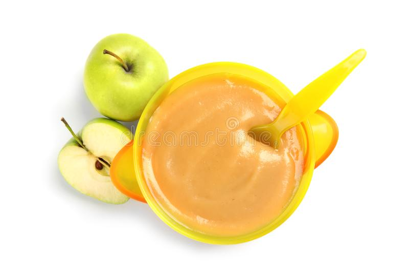 Bacia de comida para bebê saudável e de maçãs frescas imagens de stock royalty free