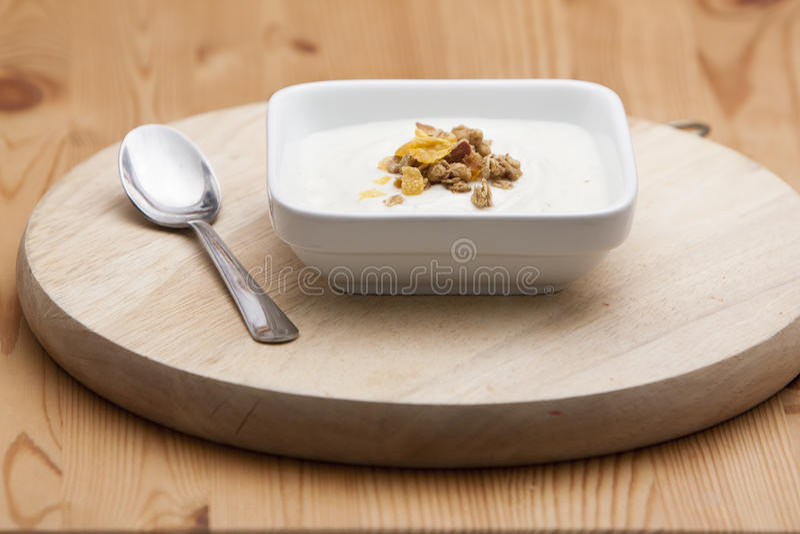 Bacia de conflakes e de yogurt fotografia de stock royalty free