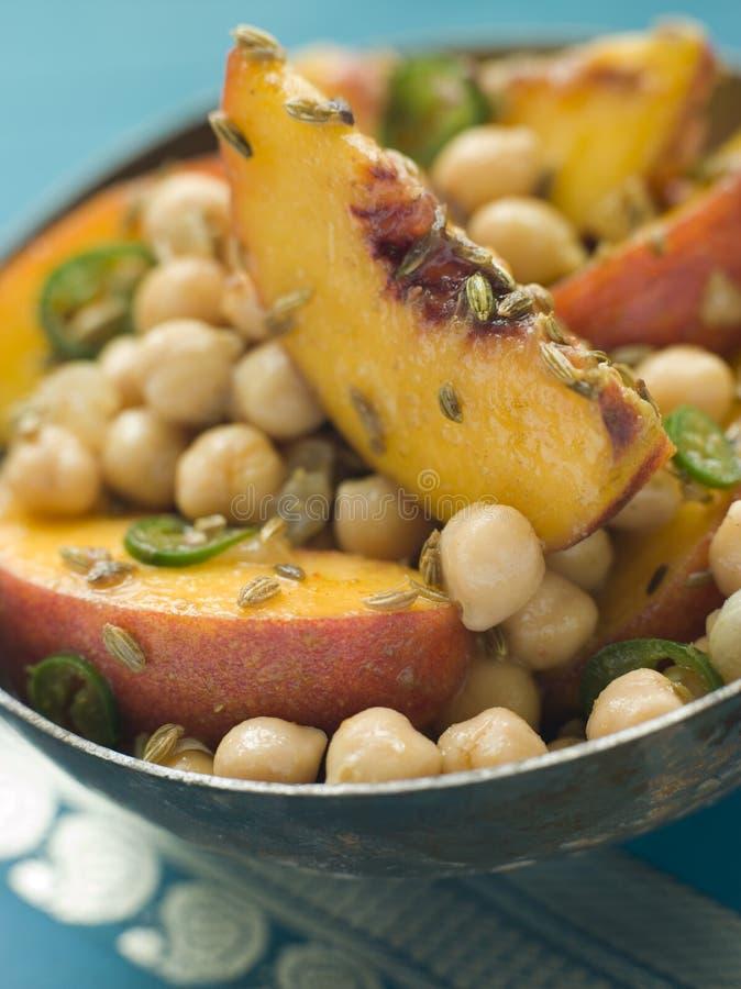 Bacia de ervilha de pintainho e de salada do pêssego fotografia de stock