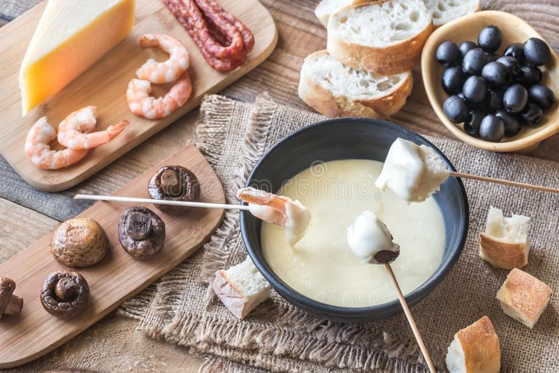 Bacia de fondue com aperitivos foto de stock royalty free