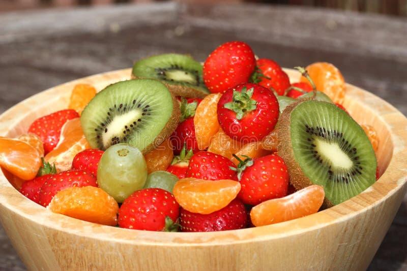 Bacia de frutas do verão imagem de stock royalty free