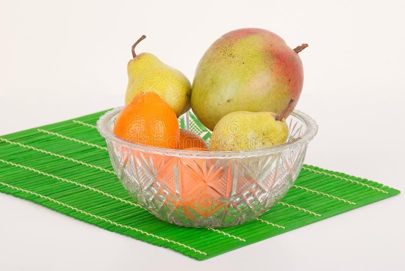 Bacia de fruto de vidro com frutos fotos de stock