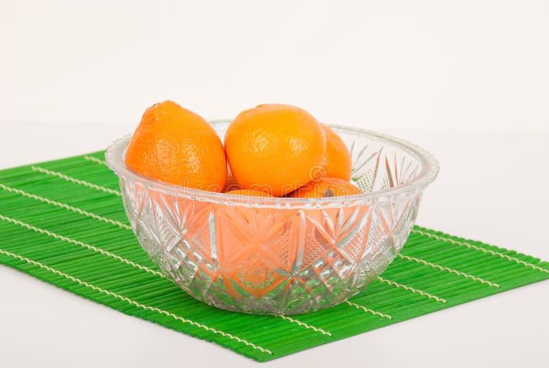 Bacia de fruto de vidro com laranja fotografia de stock royalty free