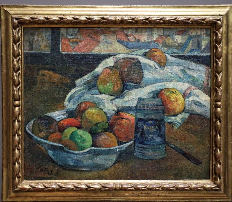 Bacia de fruto e de caneca para cerveja antes de uma janela, por Paul Gauguin foto de stock royalty free