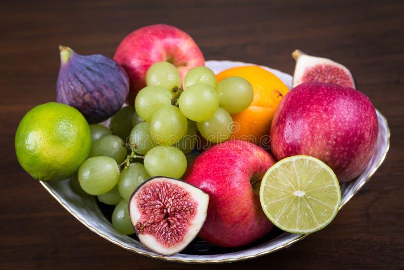 Bacia de frutos diferentes imagens de stock royalty free