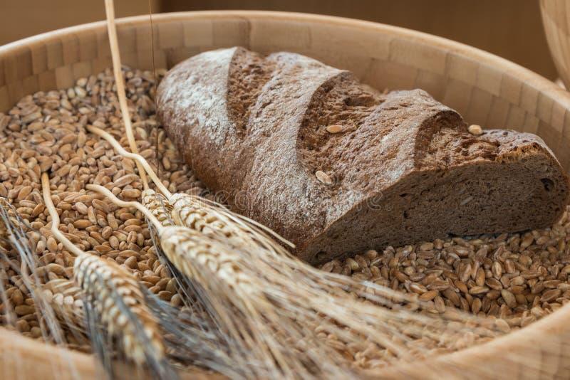 Bacia de grões, de farinha e de pão do trigo fotografia de stock