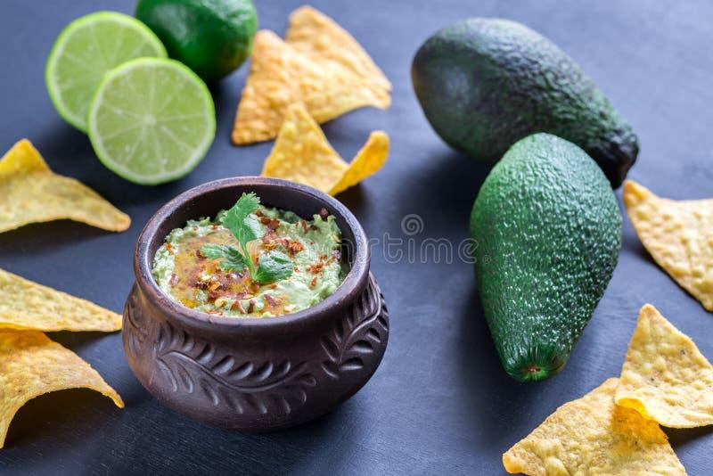 Bacia de hummus do guacamole imagem de stock