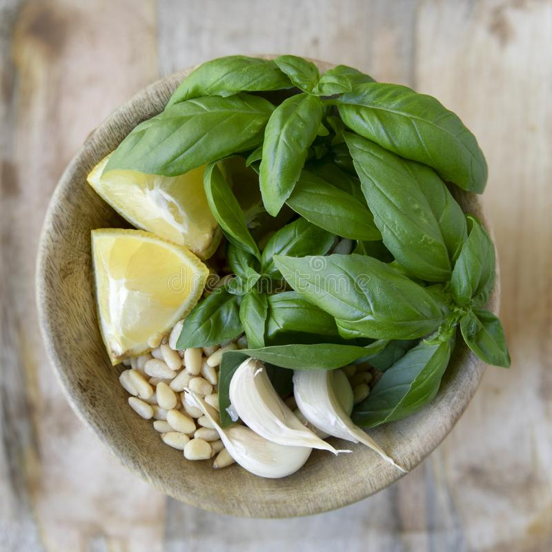 Bacia de ingredientes do Pesto fotos de stock royalty free