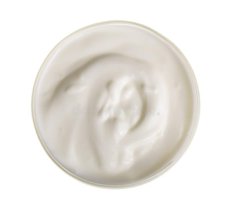 Bacia de iogurte isolada na opinião superior do fundo branco imagens de stock royalty free