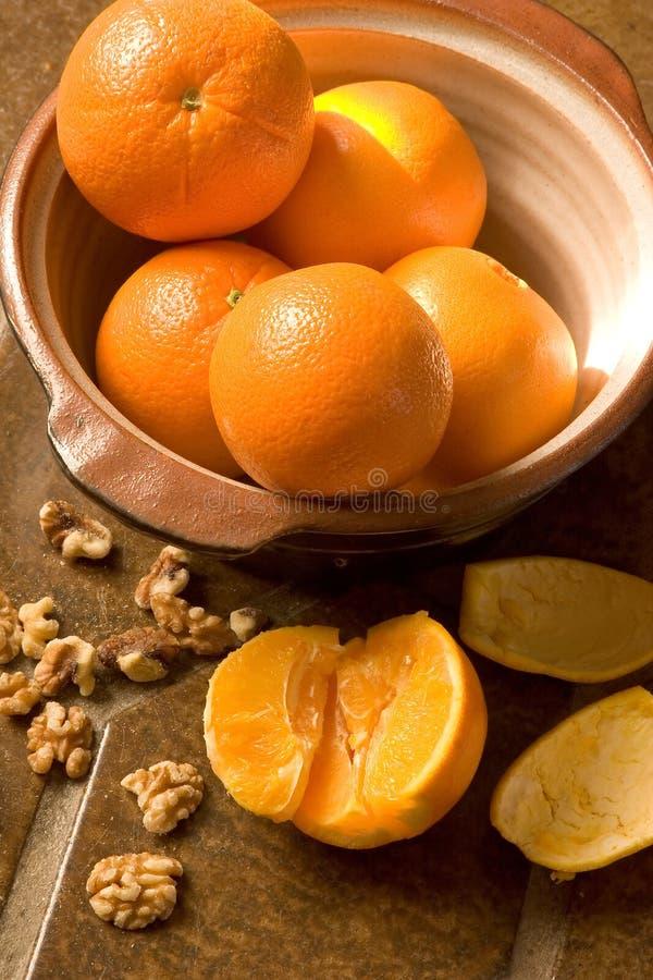 Bacia de laranjas no assoalho de telha espanhol fotos de stock