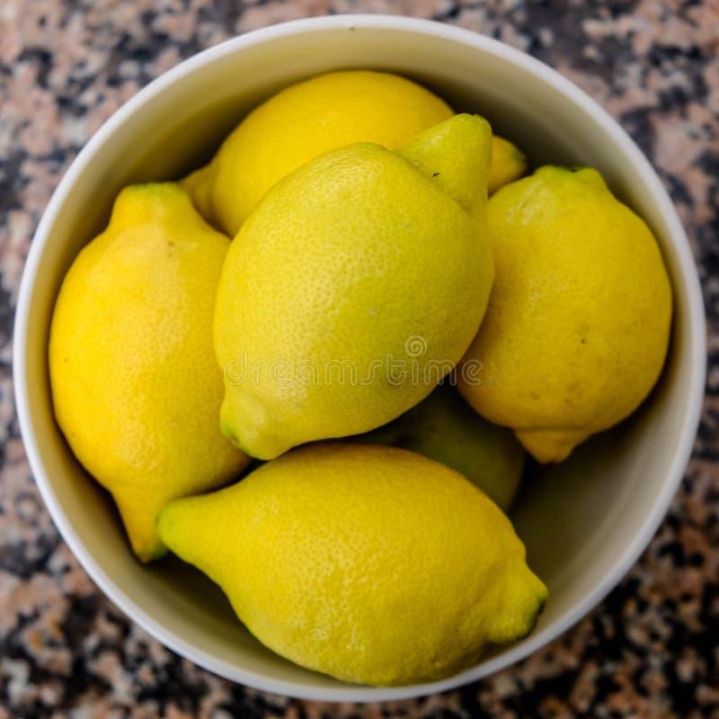 Bacia de limões frescos dos citrinos foto de stock royalty free