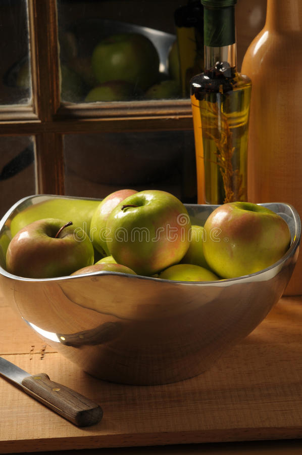 Download Bacia de maçãs foto de stock. Imagem de janela, vida - 12811652