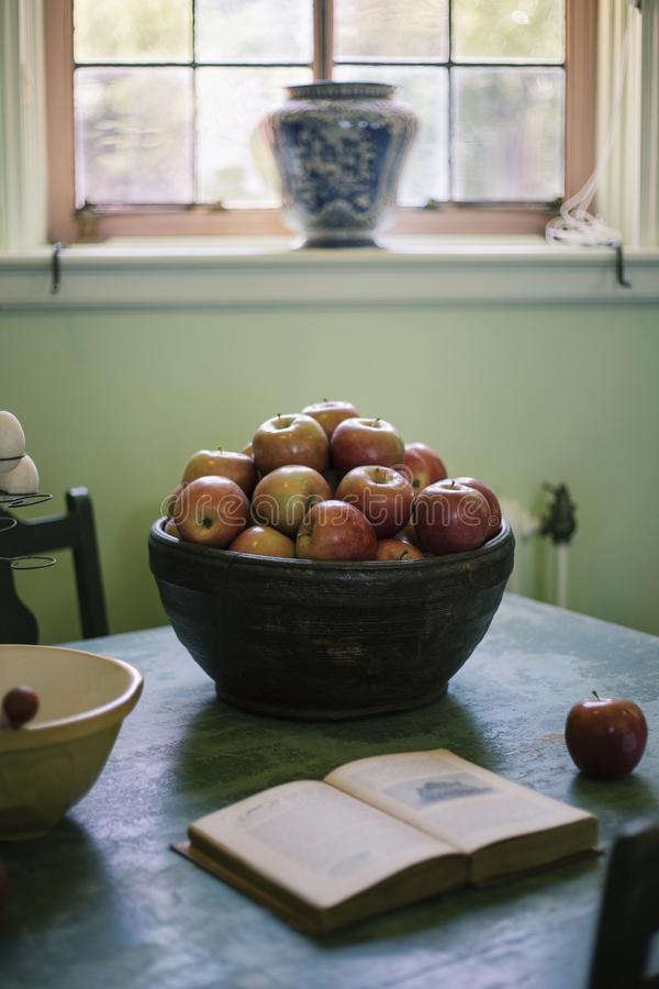 Bacia de maçãs imagem de stock