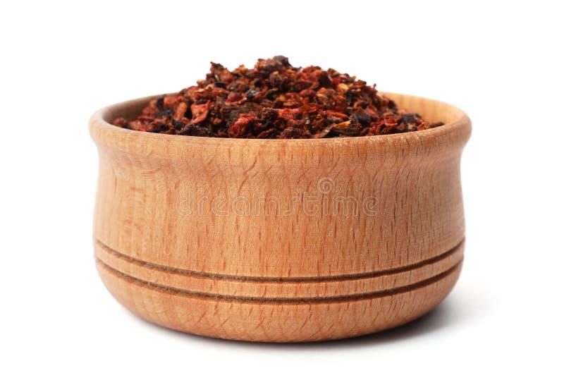 Bacia de madeira com pimentas de pimentão secadas fotografia de stock