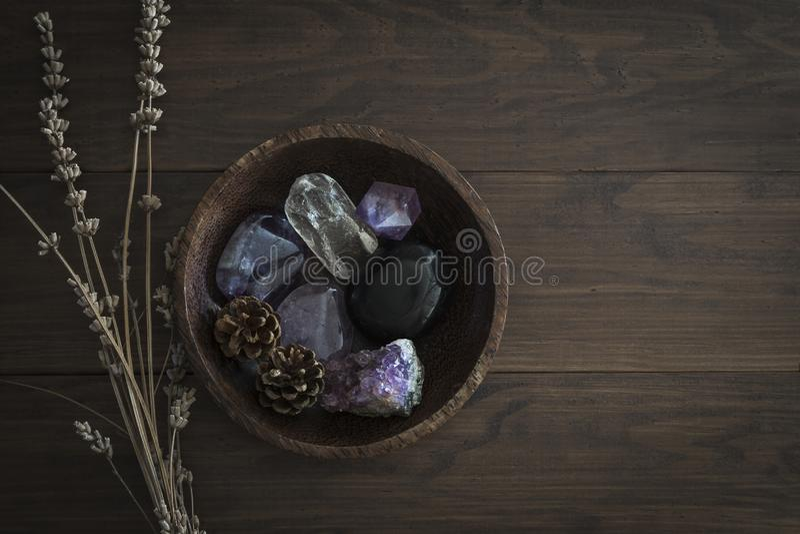 Bacia de madeira com seleção das pedras e dos cristais imagem de stock royalty free
