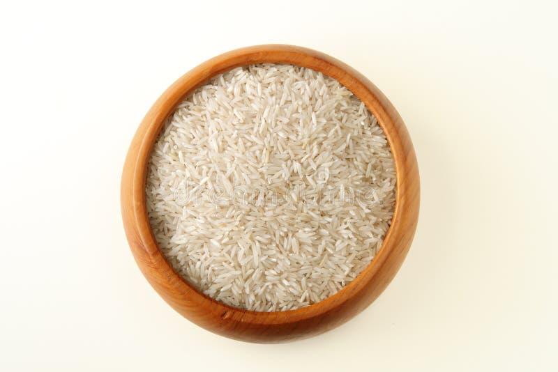 Bacia de madeira completamente de arroz fotografia de stock royalty free