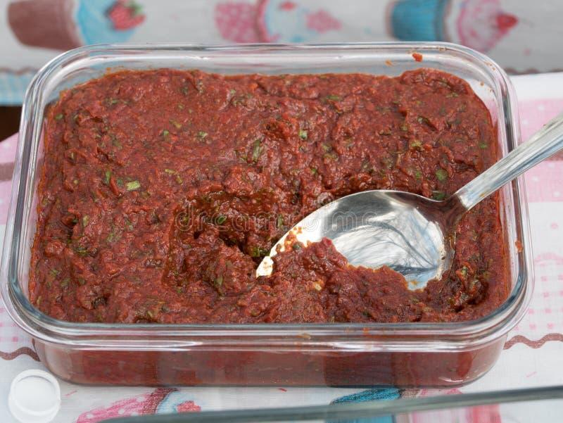 Bacia de molho de mergulho tomate-baseado ou de molho de massa fotos de stock
