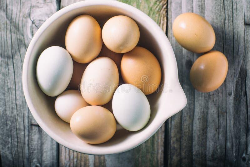 Bacia de ovos frescos da exploração agrícola imagem de stock royalty free
