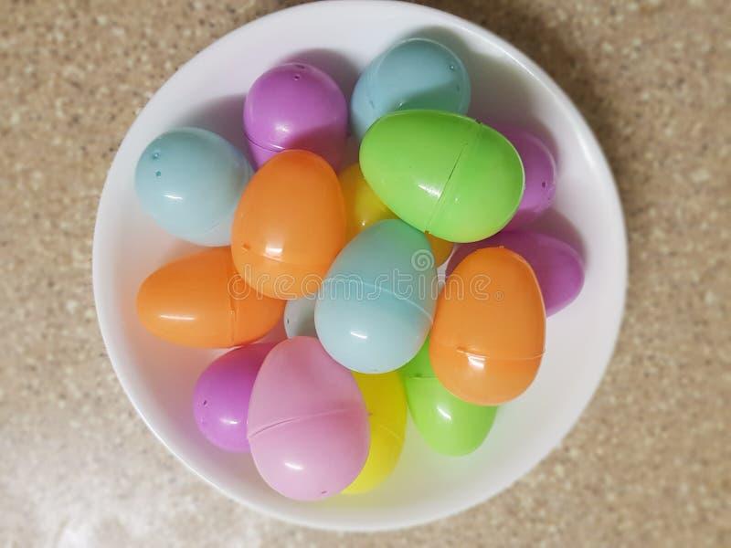 Bacia de ovos plásticos fotografia de stock royalty free