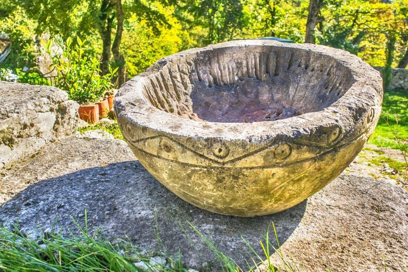 Bacia de pedra antiga imagens de stock