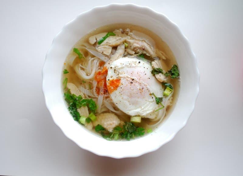 Bacia de pho vietnamiano da galinha com um ovo escalfado Pho GA com ovo imagens de stock
