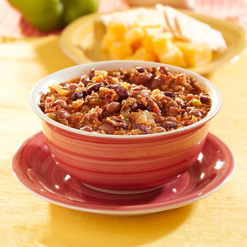Bacia de pimentão com feijões e carne imagens de stock
