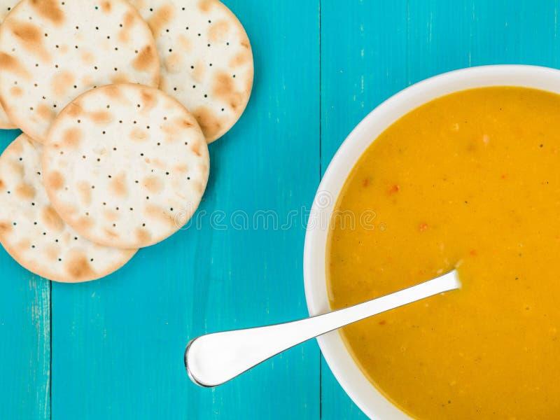 Bacia de polpa de Butternut e de sopa de batata doce fotos de stock royalty free