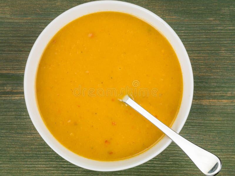 Bacia de polpa de Butternut e de sopa de batata doce fotografia de stock