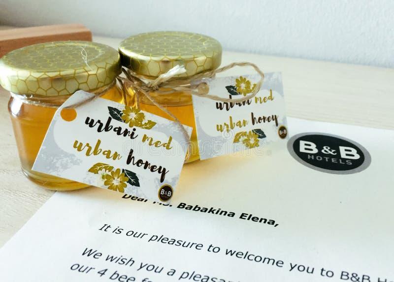 Bacia de presente elogioso do convidado do mel no hotel em Ljubljana foto de stock