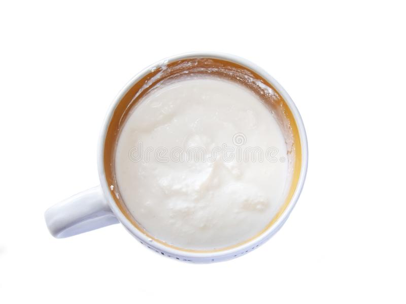 Bacia de queijo creme com creme de leite, molho do mergulho isolado no fundo branco Trajeto de grampeamento fotos de stock royalty free