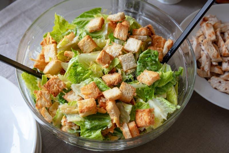 Bacia de salada cesar imagem de stock royalty free