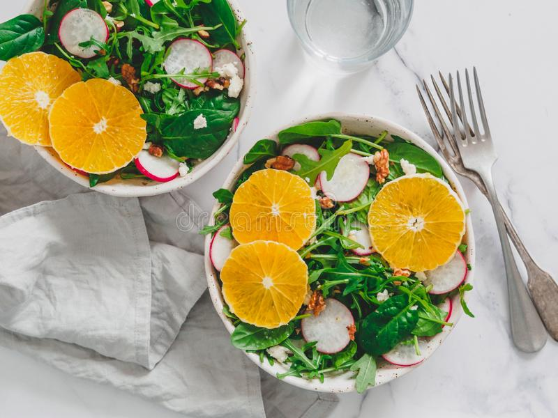 Bacia de salada com laranjas, espinafres, rúcula, rabanete foto de stock royalty free