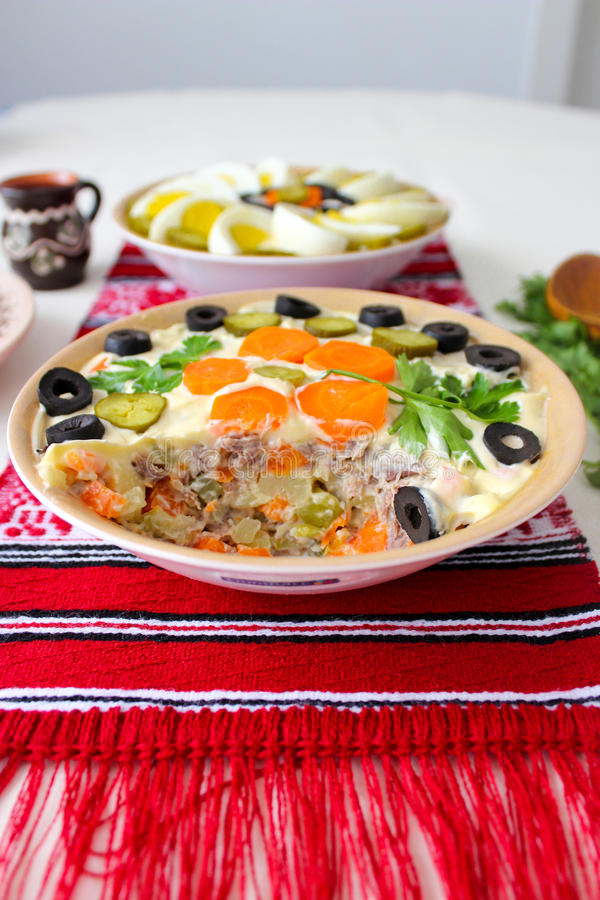 Bacia de salada com maionese, vegetais e ovos, salada de Olivier do russo ou salada de Boeuf do Romanian fotografia de stock