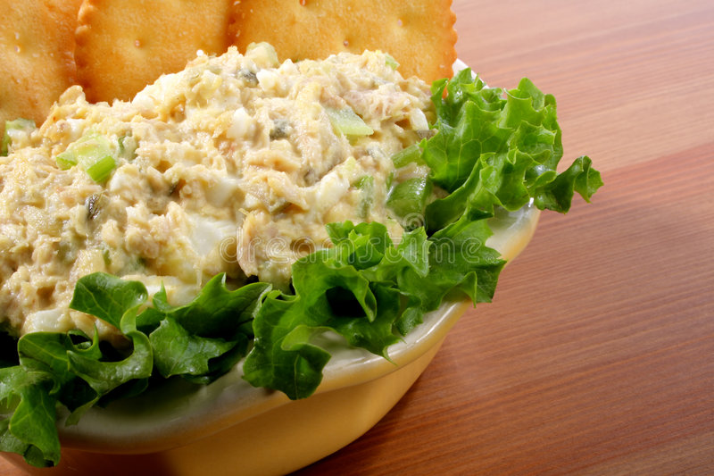 Bacia de salada de peixes de atum fotos de stock