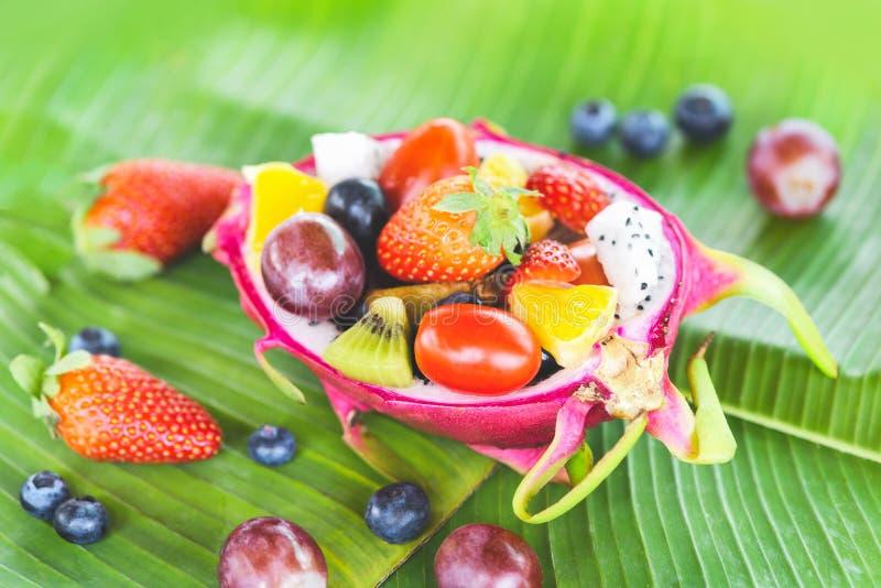 A bacia de salada do fruto serviu das morangos saudáveis do alimento biológico das frutas e legumes do dragão em um abacaxi alara imagem de stock