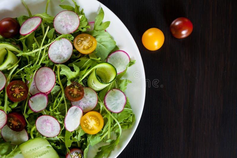 Bacia de salada na obscuridade foto de stock