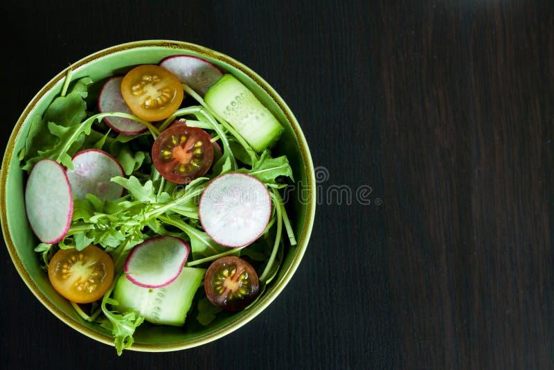 Bacia de salada na obscuridade imagens de stock royalty free