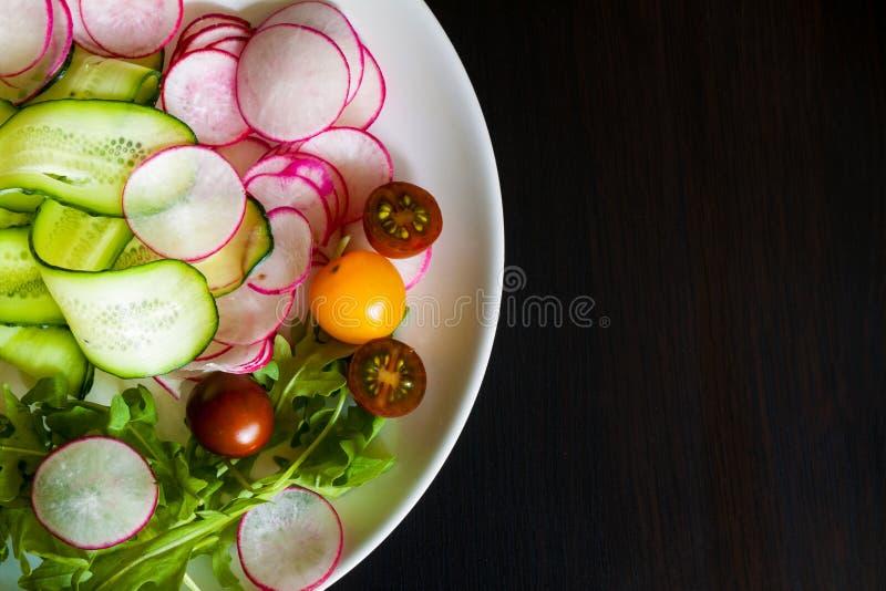 Bacia de salada na obscuridade fotografia de stock royalty free