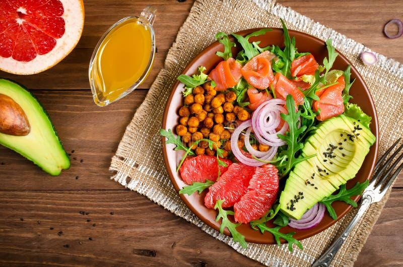 Bacia de salada saudável com salmões, toranja, grãos-de-bico picantes, avo imagens de stock